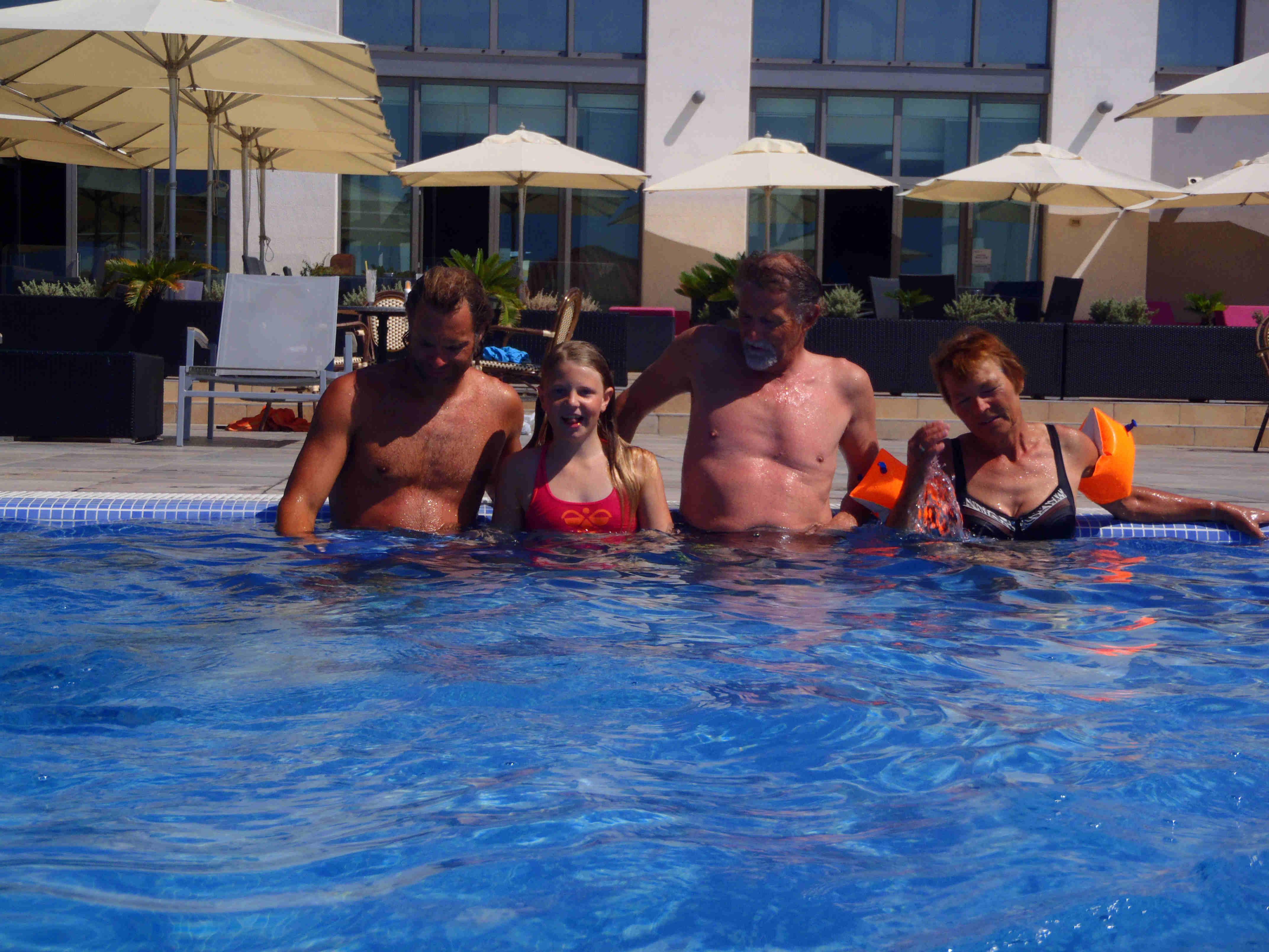 Familien_Mørk_Rasmussen_i_poolen.jpg