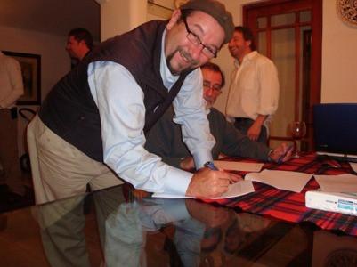 Dr. Billy Mallon firmando el acta de la primera reunión de SOCHIMU