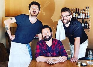Les coudes sur la table chez Vive le vin
