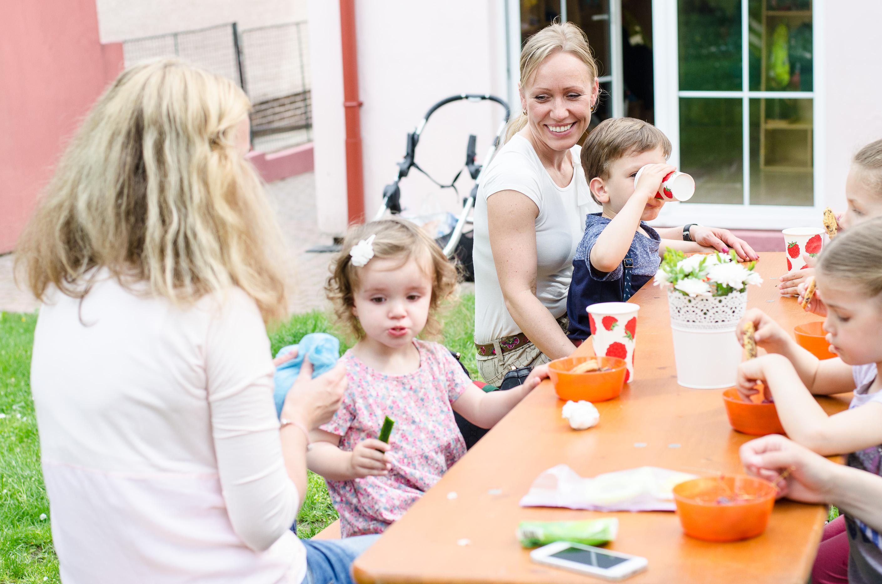 Posezení s rodiči na zahradě