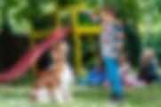 Děti canisterapii s Májou přímo milují. Nenásilnou formou se tak mohou vzdělávat a zdokonalovat v mnoha činnostech.