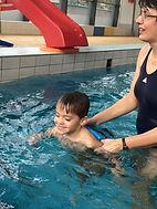 Lekce plavání vedou odborné lektorky z Plavecké školy Pulec, kam jezdíme soukromým mikrobusem.