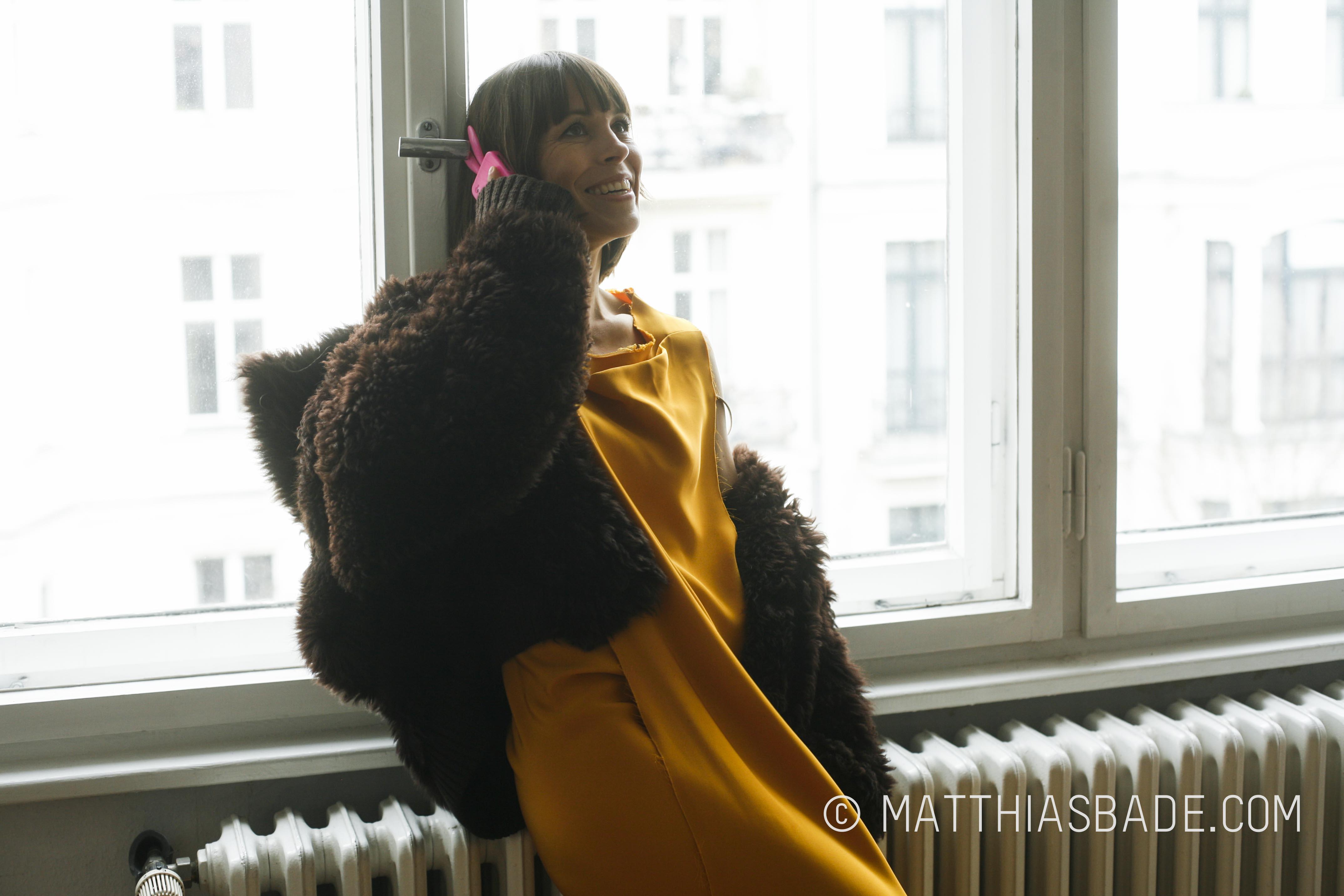 Anneke Kim Sarnau am Fenster
