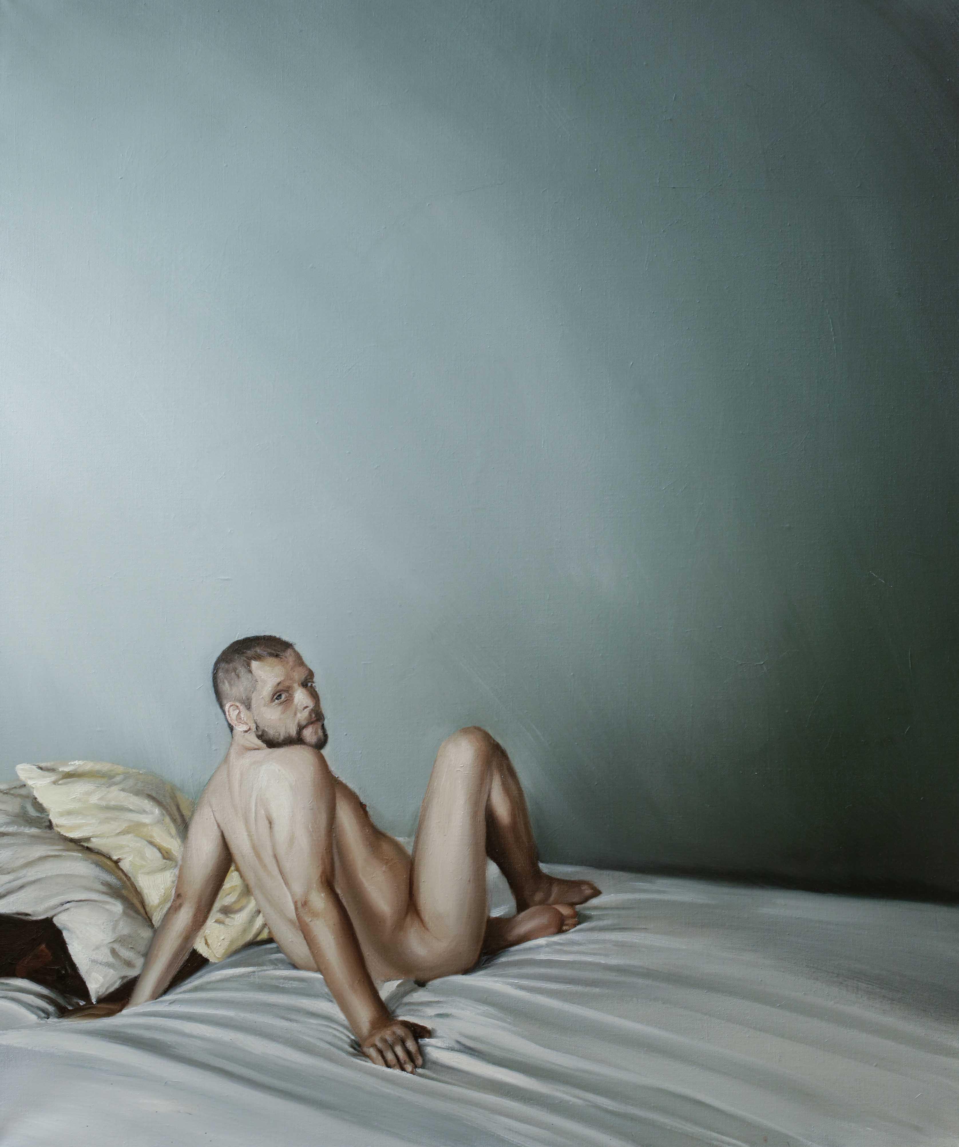 Alexander, auf dem Bett sitzend