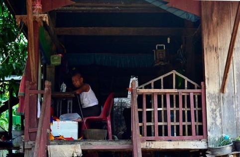 Terasta Çocuk - Kamboçya