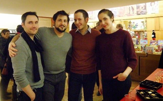 Les comédiens de la pièce Room Service après le spectacle