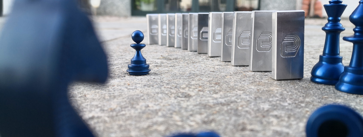 Pedine del domino insieme a pedine blu degli scacchi