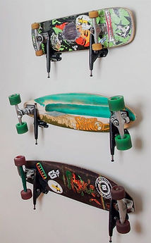 Виды скейтбордов весят на стене