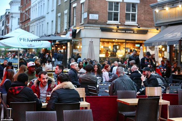 Pubs curfew should be brought forward to 6pm not 10pm says Jonathan Van-Tam