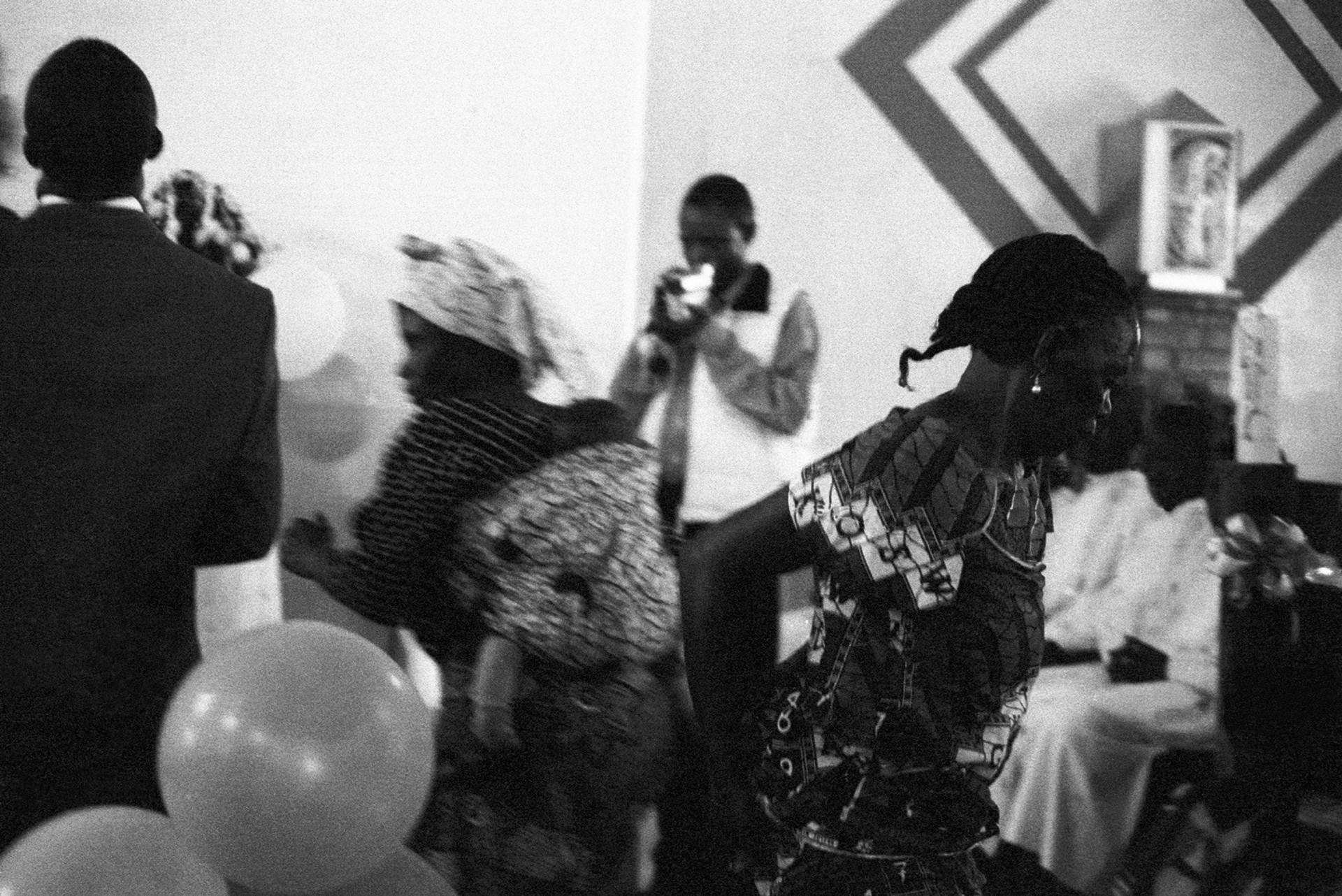 2 mulheres dancando na igreja.jpg