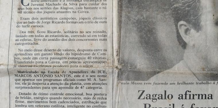 """Destaque principal de uma das principais colunas de turfe, no extinto jornal """"Última Hora"""". Alçado à maior esperança do esporte depois de ídolos históricos."""