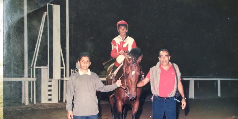Pose para foto depois de correr a 60 quilômetros por hora. Aparenta ser mais jovem do que o menino que segura o cavalo.