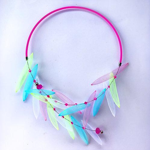 Колье «Цветные пёрышки» розовый неон