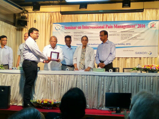 Dr Debjyoti Dutta receiving memento after the seminar at BIRDEM Hospital Dhaka
