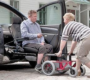 Transfer der Sitzeinheit vom Rollstuhl ins Fahrzeug