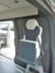Taf 2 ist ein Klapp-Schwenk-Sitz, der zusammengeklappt werden kann wenn er nicht benötigt wird