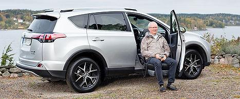Mit dem Schwenksitz Turny Evo kann die Person einfach und sicher in das Fahrzeug ein- und aussteigen
