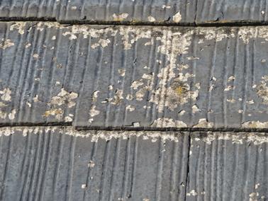 アスベスト含有屋根材に塗装後、剥離している屋根