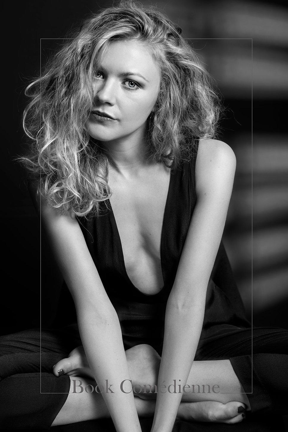 actress,studio,lignting,bnw,blond,hair,eyes