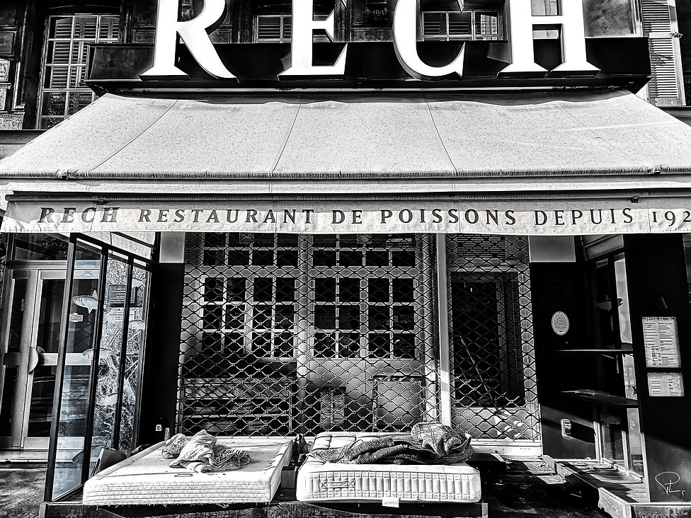 streetphotography,blackandwhite,covid,corona,paris,restaurant,homeless,silence