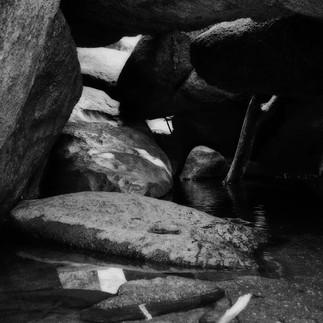 Sous les rochers