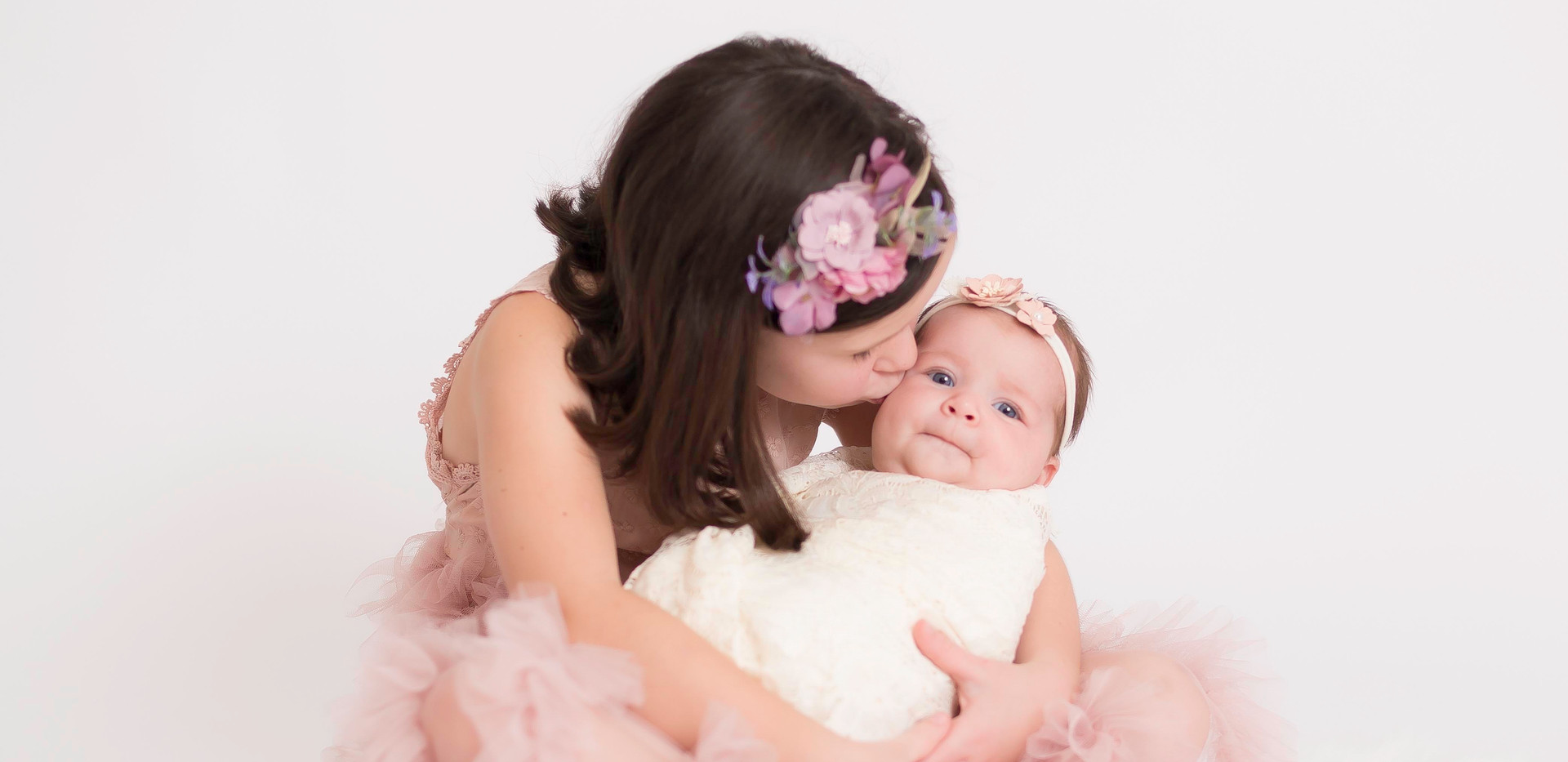 sister kissing baby, newborn photos Chattanooga