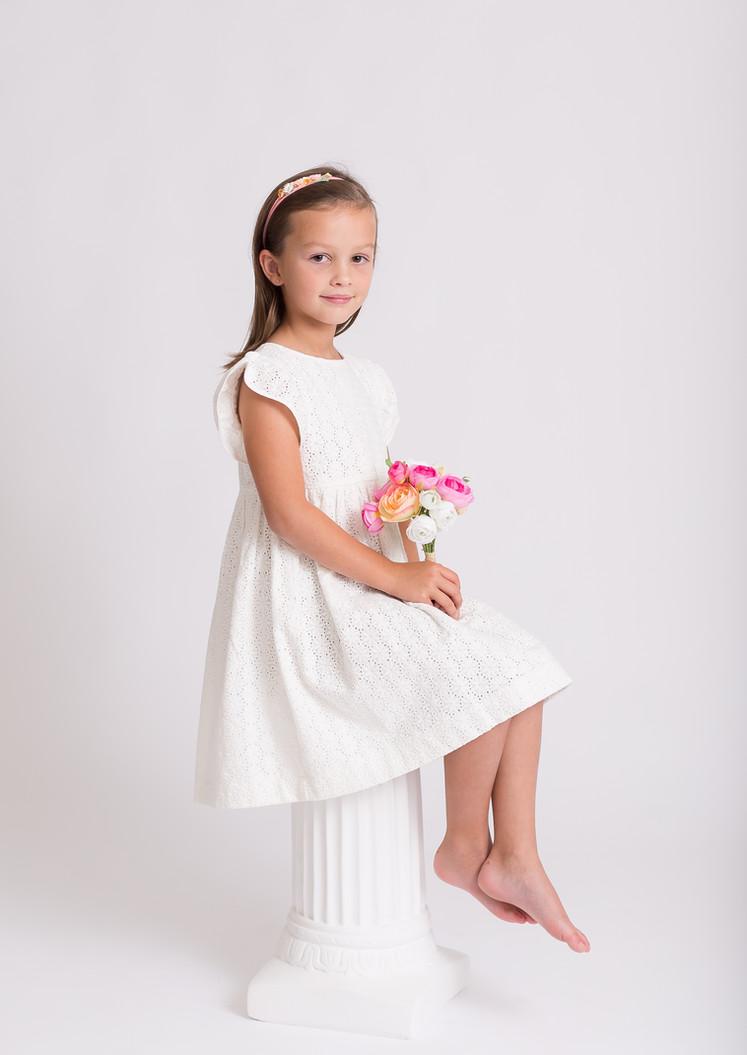 girl holding flowers, photo studio Chattanooga