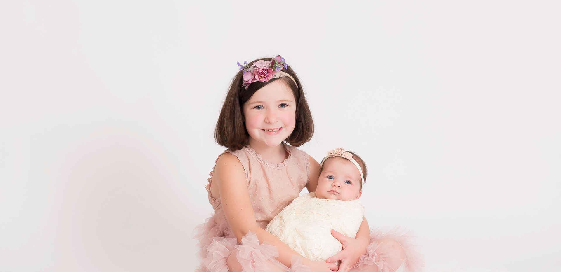 smiling girl with baby sister, Chattanooga family photo studio