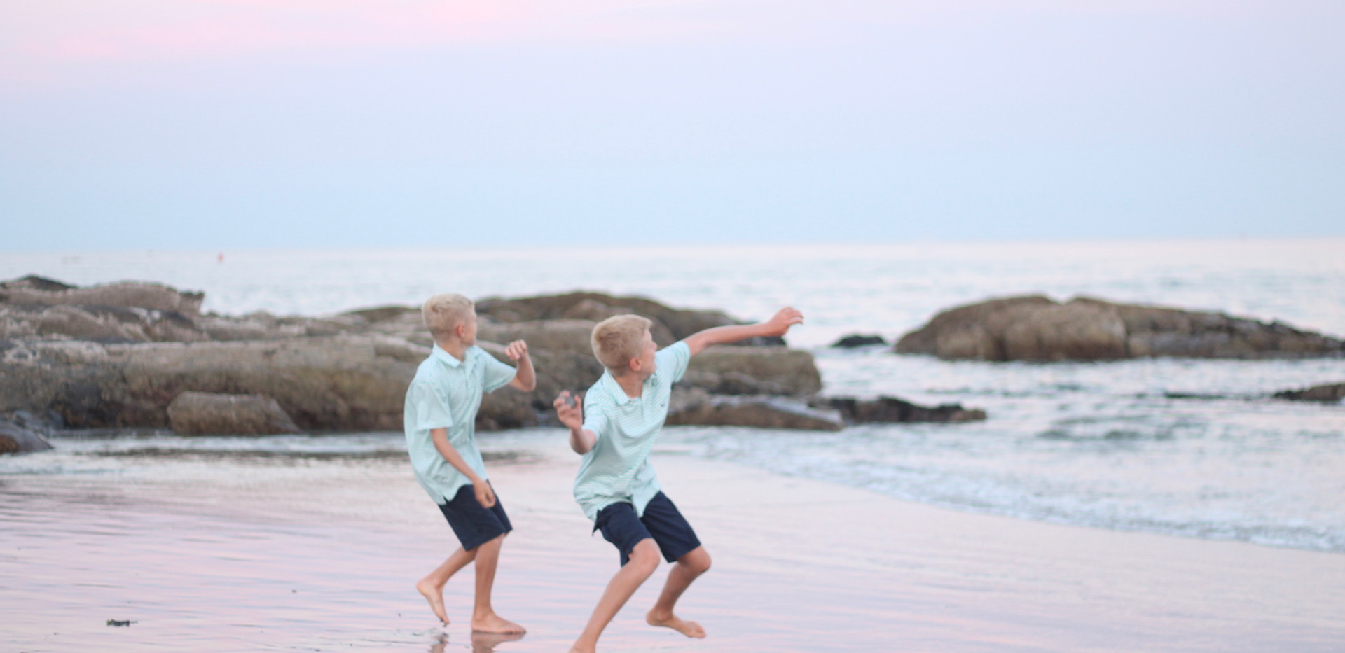 boys throwing rocks at beach, Chattanooga family photos