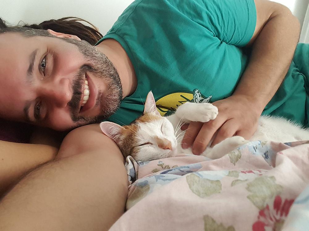 Gato com seu humano de estimação