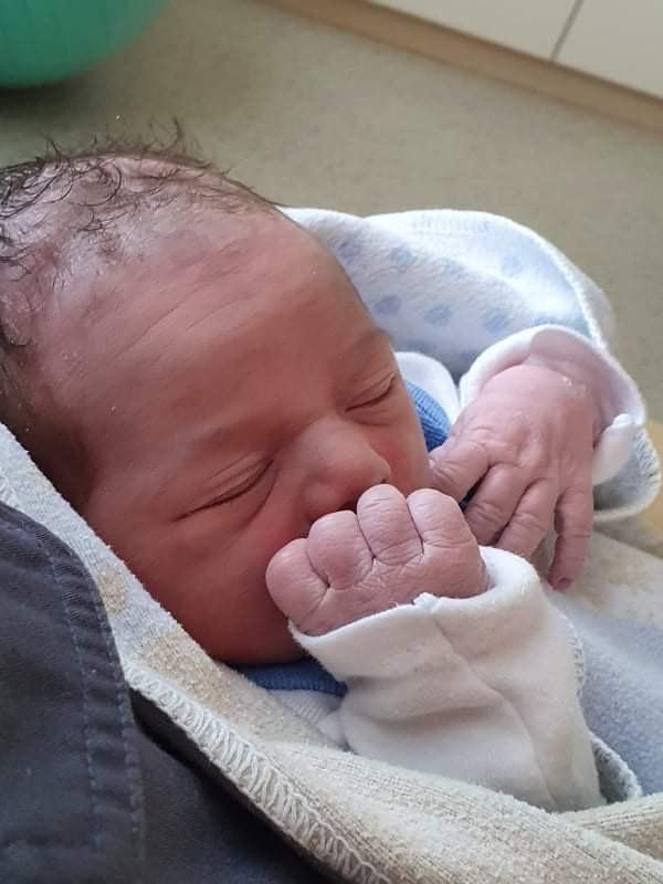 Novorodenec, práve narodené bábätko