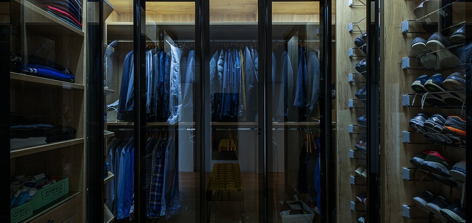 חדר ארונות מעוצב אילנה וייזברג.jpg