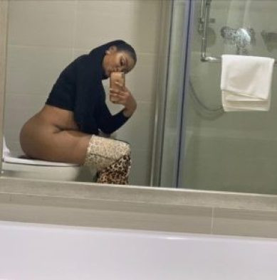 Photo of Actress Etinosa sitting on the toilet with her naked