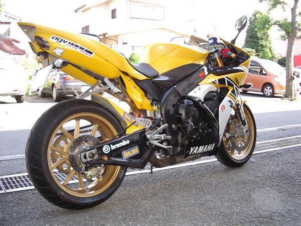YAMAHA R1 '06 5.JPG