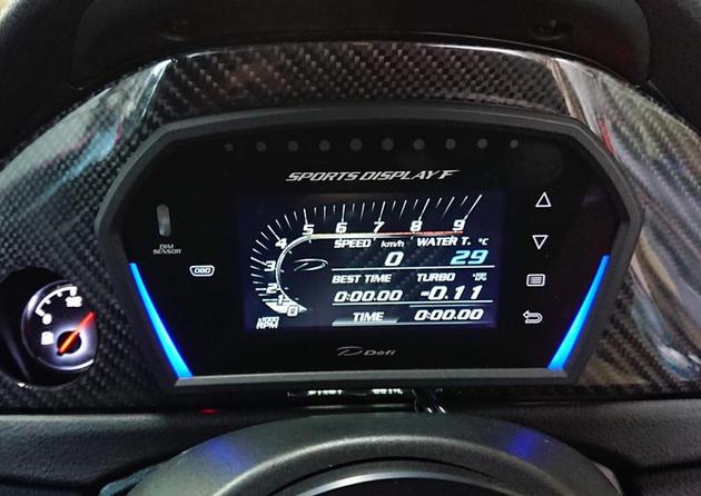 BMWのワンオフカーボンメーターパネル。