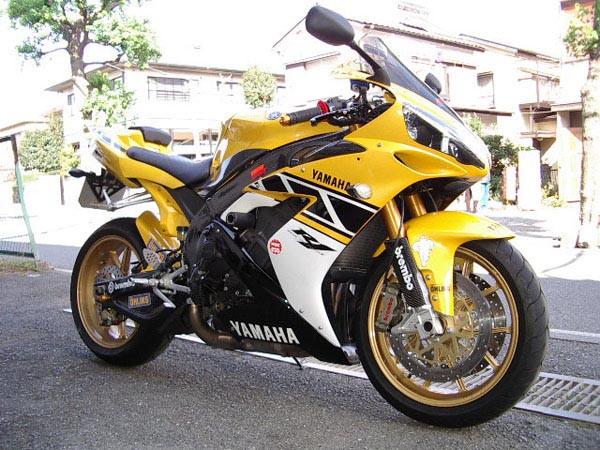 YAMAHA R1 '06 4.JPG