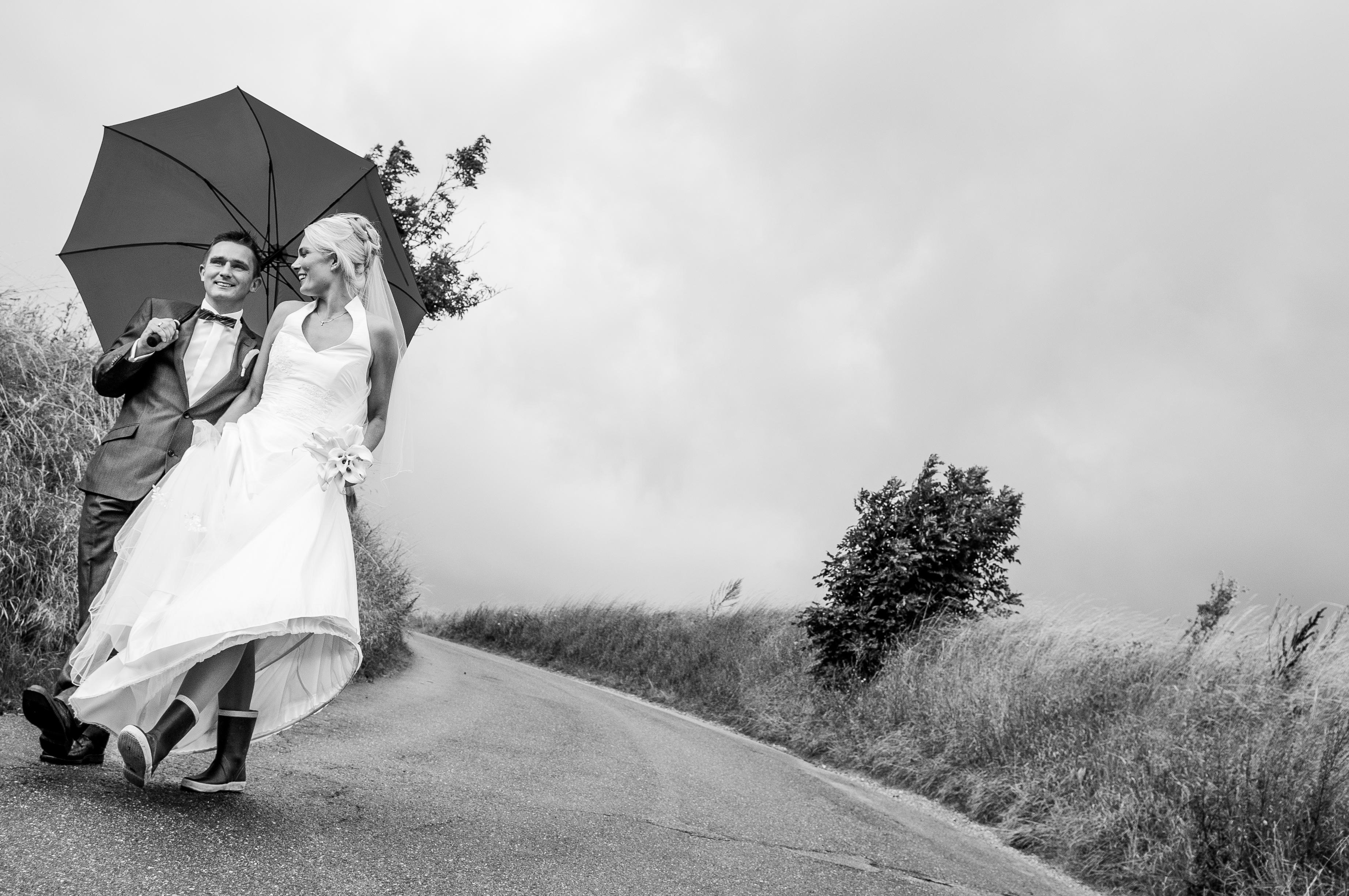 brudepar paa vej med paraply (1 of 1)