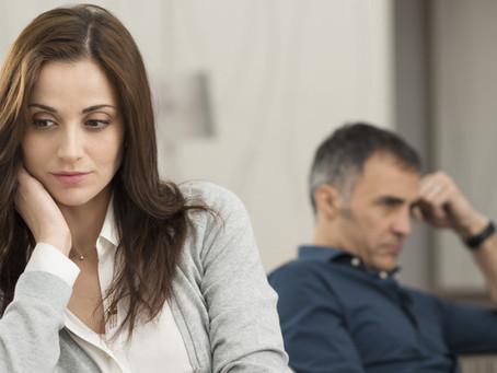 6 σημάδια ότι ο σύντροφός σας δεν είναι ευτυχισμένος με τη σχέση σας (αλλά δεν σας το λέει)