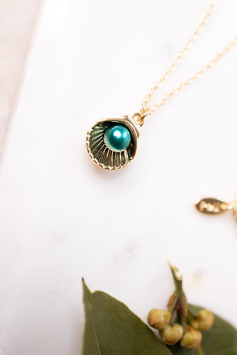 Gold sea clam necklace with green pearl N046