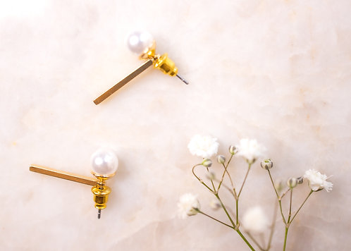 Pearl earrings with straight gold back