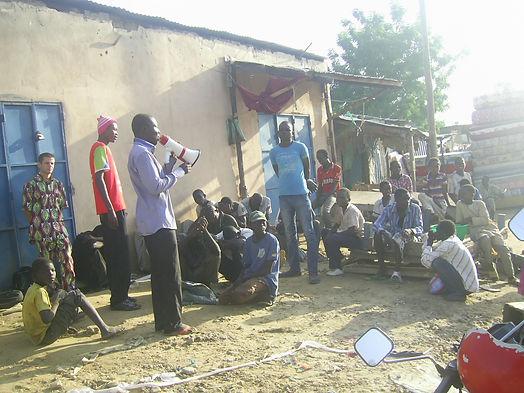 Annonce de l'évangile aux enfants de la rue sur le marché de Dembé