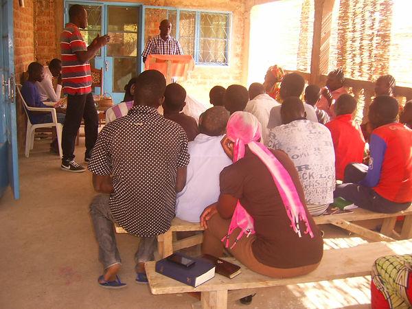 Moment de culte au centre pour les enfants de la rue
