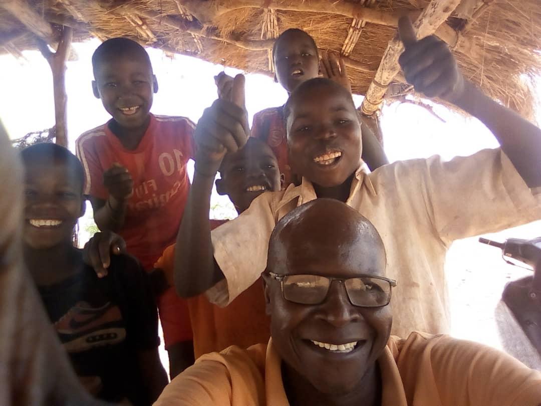 Le pasteur Moïse avec des enfants du cen