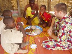 Repas avec les enfants sur Bitkine