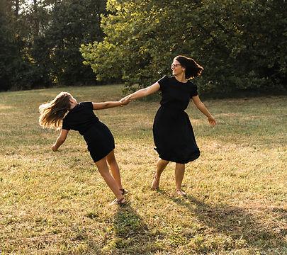 Mutter und Kind, tanzend im Herbstlicht,