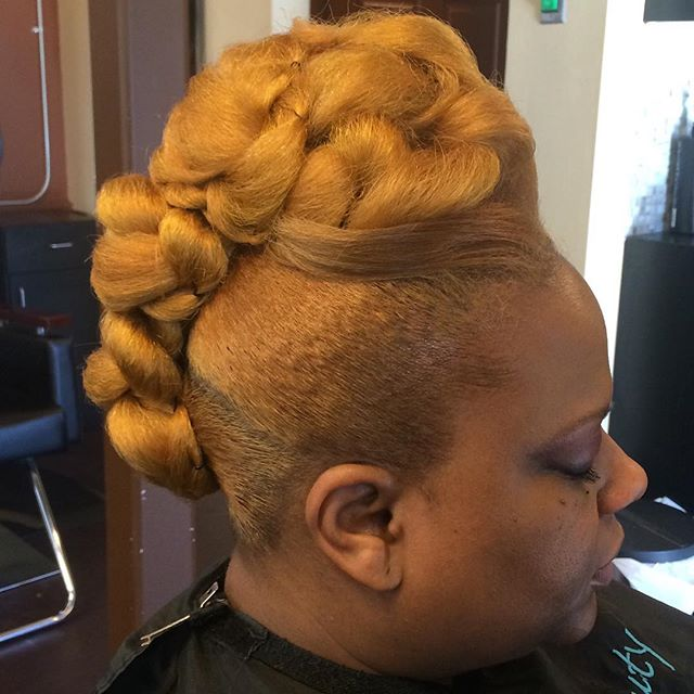 This _Blonde Beauty_ is killing this updo! #protectivestyle #blondehair #haircare #naturalhair #natu