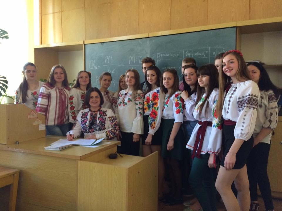 студенти коледжу з викладачем