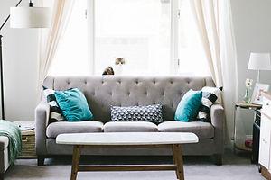灰色のリビングルームのソファ
