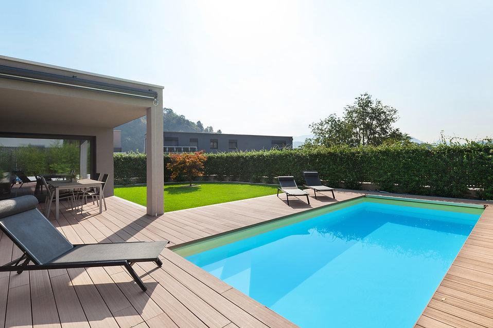 piscina deck AdobeStock_121456036.jpeg