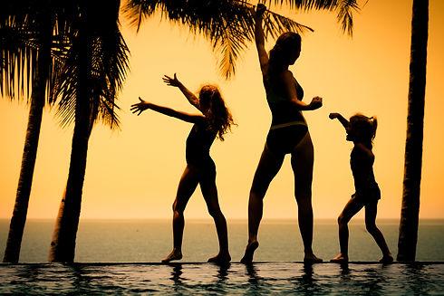 happy family silhouete AdobeStock_562811